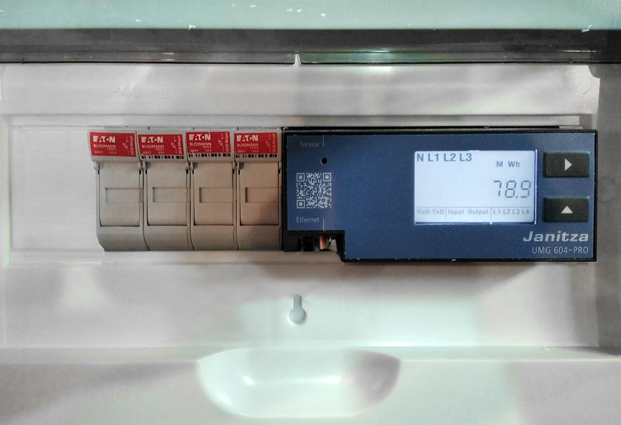 Анализатор качества электроэнергии Janitza UMG 604 установлены на вводных ячейках распределительного устройства (РУ 10кВ)